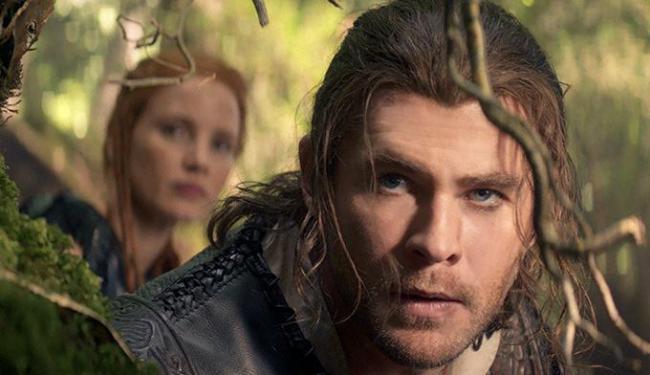 Chris Hemsworth se sai melhor interpretando o caçador do que Thor - Foto: Divulgação