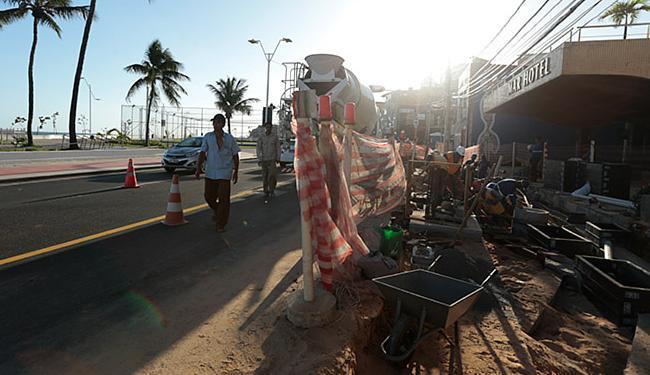 Pedestres caminham espremidos entre canteiro de obra e pista de veículos - Foto: Lucas Melo l Ag. A TARDE
