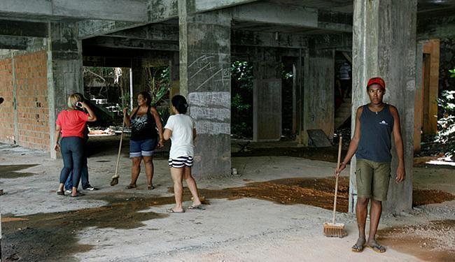 Construção ocupada pelos sem-teto no Horto Florestal foi iniciada há mais de 30 anos - Foto: Luciano da Matta l Ag. A TARDE