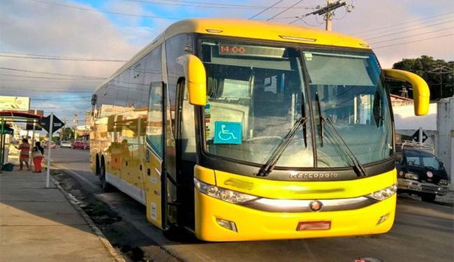 Após parar, ônibus interestadual foi abordado por assaltantes - Foto: Ed Santos | Reprodução | Acorda Cidade
