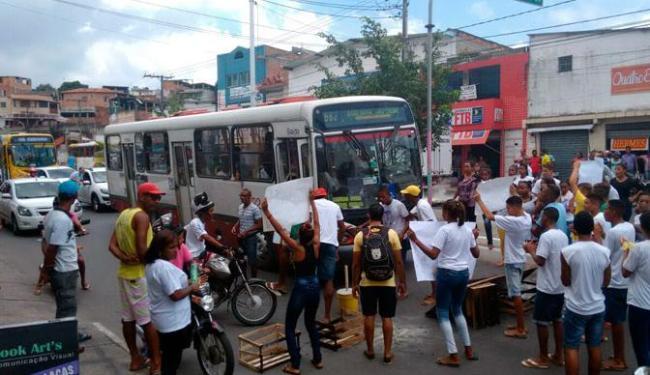 Grupo bloqueia trânsito em Plataforma no sentido Calçada - Foto: Edilson Lima | Ag. A TARDE