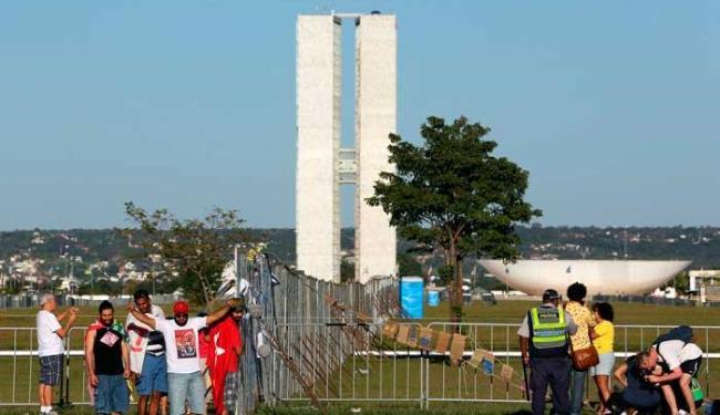 Manifestantes se concentram em frente à Esplanada dos Ministérios - Foto: Agência Reuters