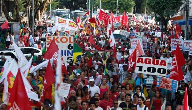 Manifestantes clamam palavras de apoio ao governo e pela democracia - Foto: Lúcio Távora | Ag. A TARDE