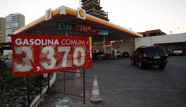 A gasolina tem sido um dos produtos que vêm mantendo a tendência de queda - Foto: Raul Spinassé   Ag. A TARDE