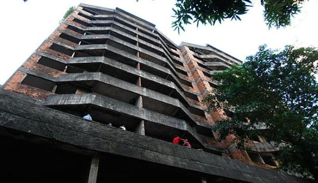 Prédio terá obra retomada em junho, segundo Gustavo Moris, advogado do dono de 33 dos 36 apartamento - Foto: Raul Spinassé l Ag. A TARDE