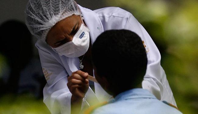 350 adolescentes de baixa renda participaram da 4ª edição da triagem odontológica realizada no Pelô - Foto: Raul Spinassé l Ag. A TARDE l 18.03.13