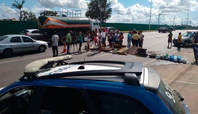 Os moradores ocupam duas faixas da pista no sentido Aeroporto - Foto: Edilson Lima | Ag. A TARDE