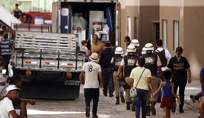 Retirada foi orientada por policiais civis, militares e federais de maneira pacífica - Foto: Luiz Tito l Ag. A TARDE