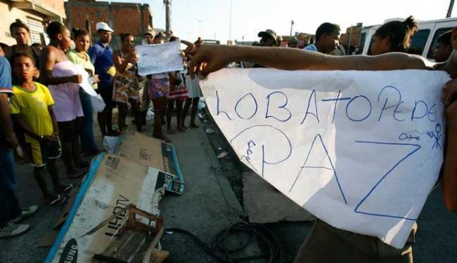 Com a demora da remoção do corpo, cerca de 50 pessoas fecharam a avenida - Foto: Adilton Venegeroles   Ag. A TARDE