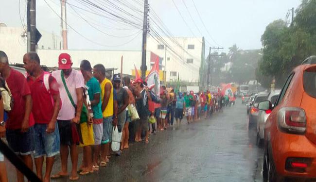 Em Sussuarana, o grupo ocupa uma faixa da via durante caminhada nesta terça - Foto: Jonas Magalhães. | Cidadão Repórter