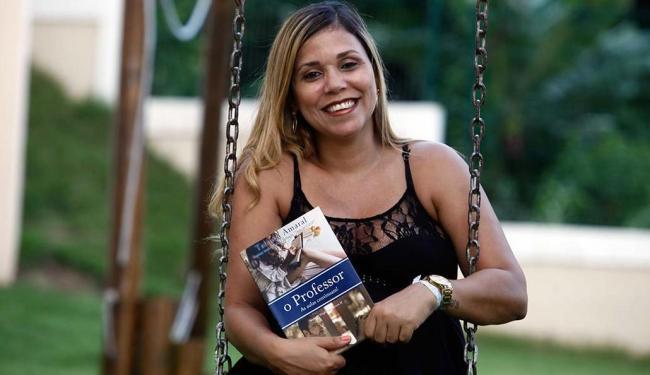 Com oito livros publicados, a baiana Tatiana Amaral vive só da literatura - Foto: Lúcio Távora   Ag. A TARDE