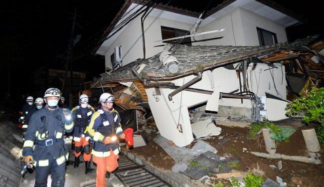 Bombeiros vistos ao lado de casa destruída por terremoto no Japão - Foto: REUTERS/Kyodo