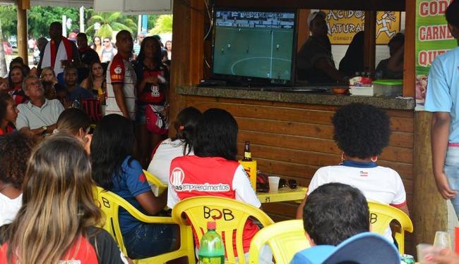 As torcidas vão se reunir em bares para acompanhar os jogos - Foto: Marcelo Argolo | Ag. A TARDE | 07.04.2013
