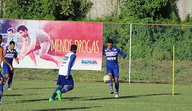 Hernane, com a bola, está mais próximo de voltar a defender o tricolor - Foto: EC Bahia
