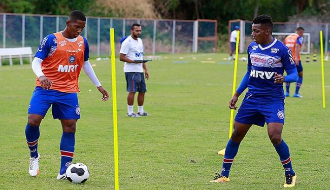 Jovem volante Luis Fernando (E) e lateral Moisés devem ser titulares hoje - Foto: Felipe Oliveira l EC Bahia