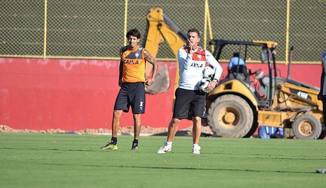 Apesar da polêmica, zagueiro segue treinando normalmente para as semifinais do Baianão - Foto: Francisco Galvão l EC Vitória