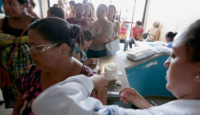 Procura por imunização foi intensa nesta sexta-feira, 29, no posto de saúde do bairro Pau Miúdo - Foto: Lucas Melo l Ag. A TARDE
