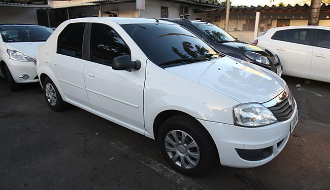 O sedã branco modelo Logan (Renault) encontra-se enquadrado como transporte clandestino - Foto: Adilton Venegeroles   Ag. A TARDE