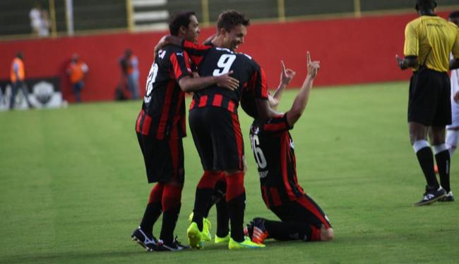 Diego Renan, autor do segundo gol, comemora com os seus companheiros - Foto: Margarida Neide | Ag. A TARDE