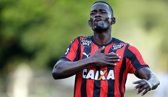 Em 2015, o 'zagueiro-artilheiro' Kanu fez 16 jogos e marcou 4 gols pelo Vitória - Foto: Raul Spinassé l Ag. A TARDE l 14.11.2015