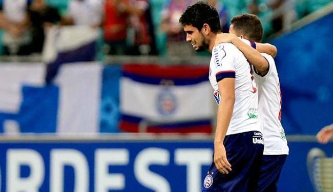 Zé Roberto (E) e Rômulo se abraçam durante jogo - Foto: Felipe Oliveira | EC Bahia | Divulgação