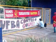 Estudantes fizeram ato na frente da Ufba - Foto: Divulgação