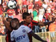 Jogadores em disputa de bola após escanteio - Foto: Margarida Neide | Ag. A TARDE