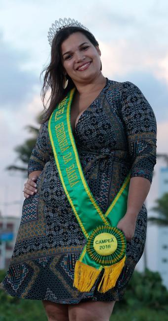 Kamilla exibe prêmio que ajuda a elevar a autoestima das gordinhas - Foto: Lucas Melo | Ag. A TARDE