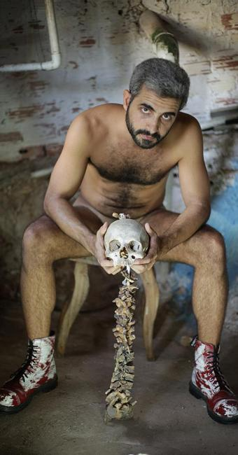 O ator Caio Rodrigo em cena do espetáculo O Bobo, que está no Teatro Gregório de Mattos - Foto: Daniel Guerra l Divulgação