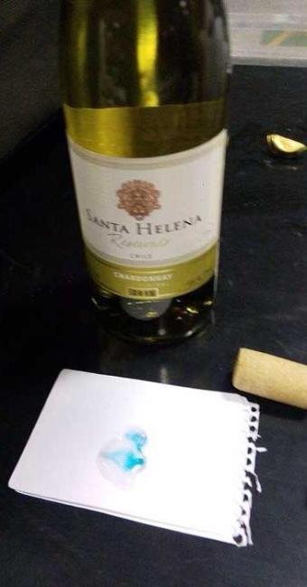 Garrafas com cocaína diluída em vinho foram encontradas em mala de romena - Foto: Divulgação | Polícia Federal