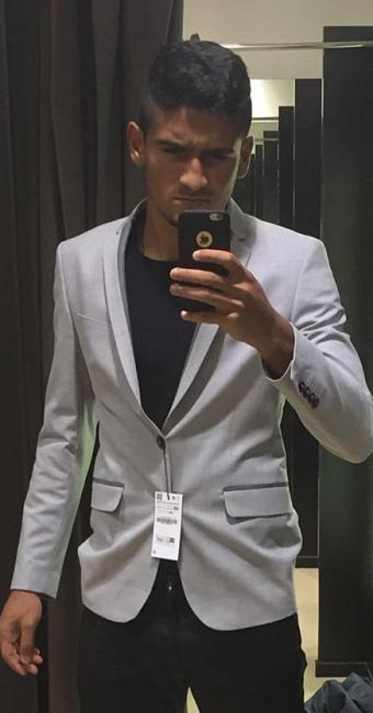 No shopping, Ramon experimenta o blazer que compraria para a festa do Baianão - Foto: Arquivo pessoal