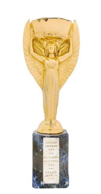 O item com estimativa de ser o mais caro é a réplica do Troféu Jules Rimet (a partir de US$ 400 mil) - Foto: Reprodução | Julien's Live