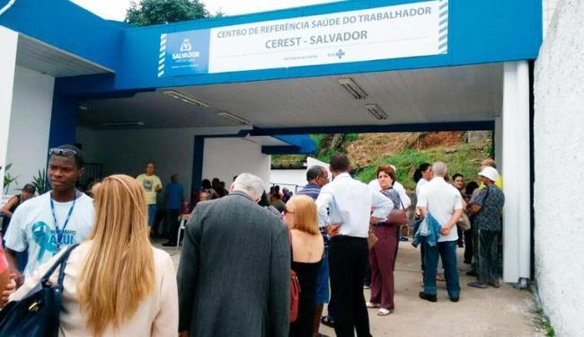 População enfrenta longa fila no 5º Centro de Saúde, na avenida Centenário - Foto: Luciano da Matta | Ag. A TARDE