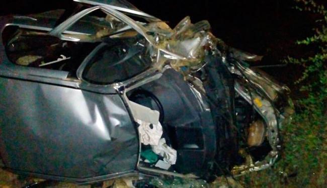 Carro ficou destruído após colisão - Foto: Reprodução   Blog Augusto Urgente)