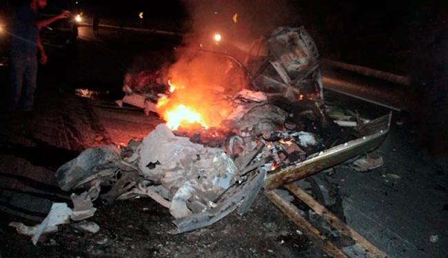 Caminhonete pegou fogo logo após a batida - Foto: Reprodução   Portal O Baianão