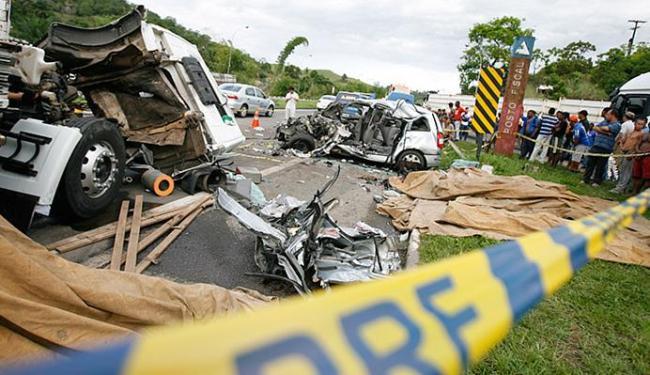 Batida entre automóvel e caminhão deixou cinco mortos na BR-324 - Foto: Joá Souza l Ag. A TARDE