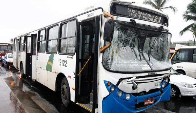 Veiculo teve parte frontal destruída com o acidente - Foto: Edilson Lima | Ag. A TARDE