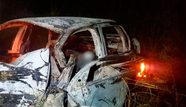 Vítimas ficaram presas em carro que pegou fogo - Foto: Reprodução | Site Informe Baiano