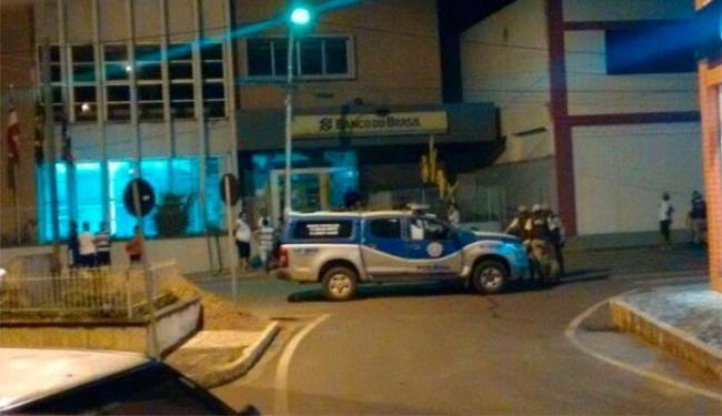 Após a ação, os bandidos fugiram atirando contra as casas localizadas próximas à agência - Foto: Reprodução | Blog Marcos Frahm