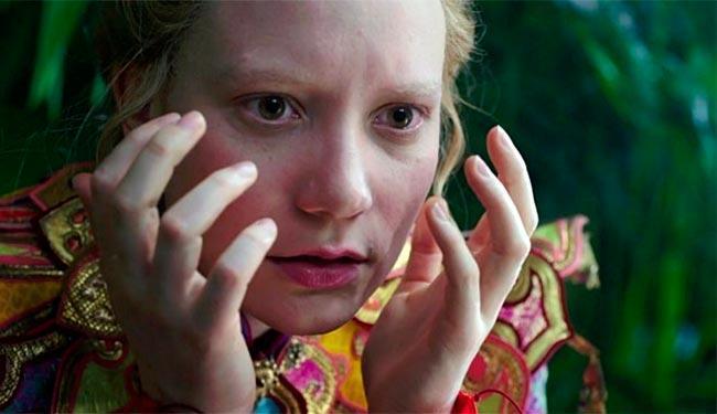 Alice que aparece em Alice Através do Espelho é diferente da garota do filme anterior - Foto: Divulgação