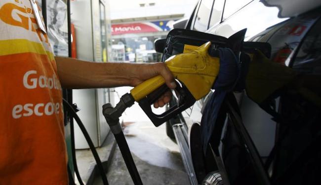 A gasolina (0,79%) está entre os produtos cujos preços exerceram maiores pressões negativas - Foto: Joá Souza | Ag. A TARDE