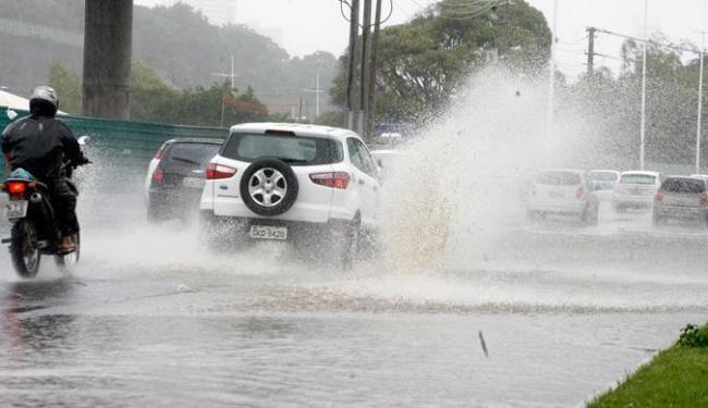 Chuva deixa avenida Paralela alagada - Foto: Edilson Lima | Ag. A TARDE