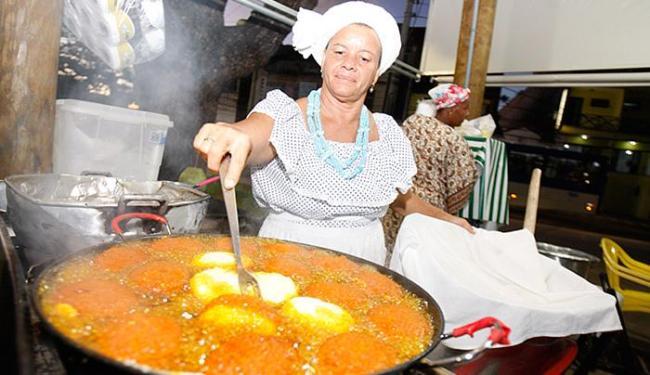 A baiana de acarajé Luciene Almeida destaca que os cuidados com os alimentos começam, ainda, em casa - Foto: Joá Souza l Ag. A TARDE