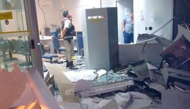 Agência bancária ficou parcialmente destruída após as explosões - Foto: Divulgação | Polícia Militar