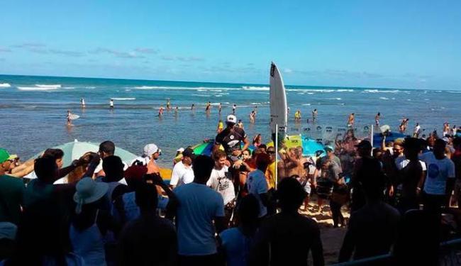Bino é carregado após ser campeão do Praia do Forte Pro - Foto: Matheus Matos | Ag. A TARDE