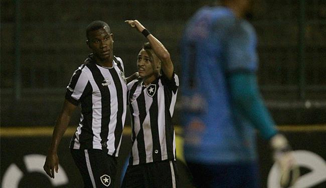 Neilton (C) comemora com Ribamar após marcar o gol do triunfo alvinegro - Foto: Vitor Silva l SSPress l Botafogo