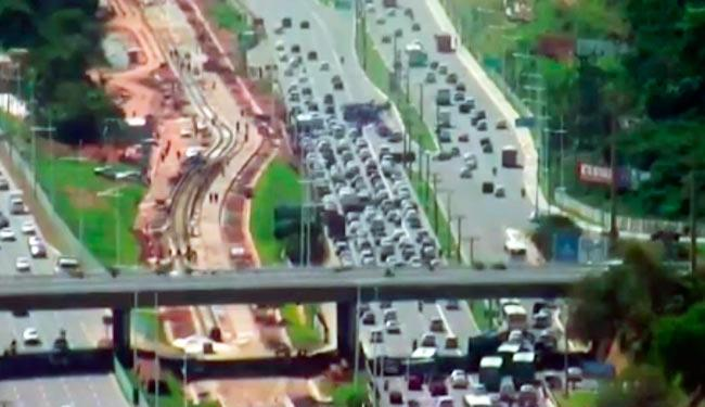 Caminhada da CUT congestiona Paralela no sentido Aeroporto - Foto: Reprodução | T V Bahia