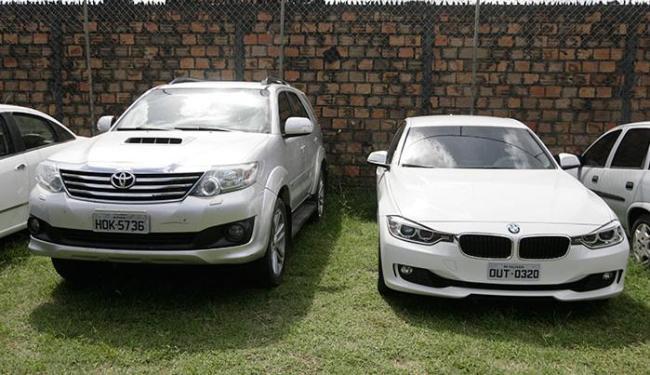 A polícia apreendeu uma BMW, uma Hilux, uma SW4 e um Ford Ranger - Foto: Edilson Lima   Ag. A TARDE