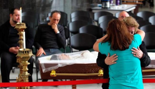 A empresária Nancy Lara é consolada no velório do cantor Cauby Peixoto - Foto: Reprodução Werther Santana | Estadão
