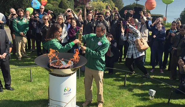 Guardiões acendem caixa especial que transportará fogo olímpico - Foto: Luiz Teles l Ag. A TARDE